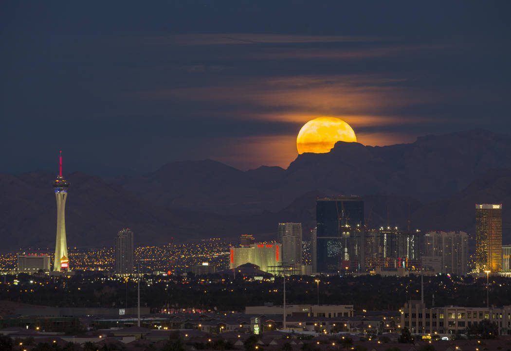 Photo of Fotos: Luna llena y fuegos artificiales en Las Vegas por el 4 de Julio